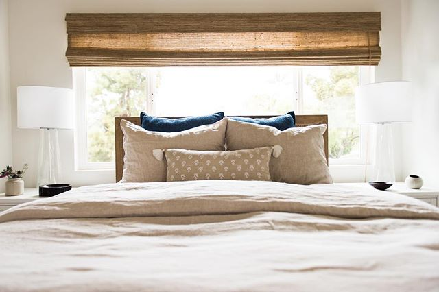 These cozy neutrals are like sleeping with a hug and we could all use a hug 🤗 (📷 @vintagerootsphotography) #mydecorotation #pismobeachproject