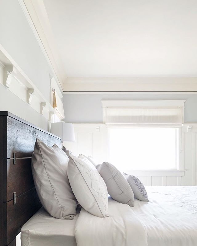 Saturday morning views 👀 Who else loves #romanshades for the bedroom? 🙋🏻‍♀️ Design by: @shestages Photo by: @jawnpak . . . . . #seekthesimplicity #persuemepretty #sodomino #inmydomaine #interiorstyling #dsinterior #interiordesign #instahome #reupholstery #performancefabric #sunbrella #modernfarmhouse #roomrefresh #swcolorlove #windowtreatments #draperies #curtains #sharemywestelm #wovenshades #barndoor #homedesign #orangecounty #newportbeach #irvine #huntingtonbeach #ocstylist #ochomes