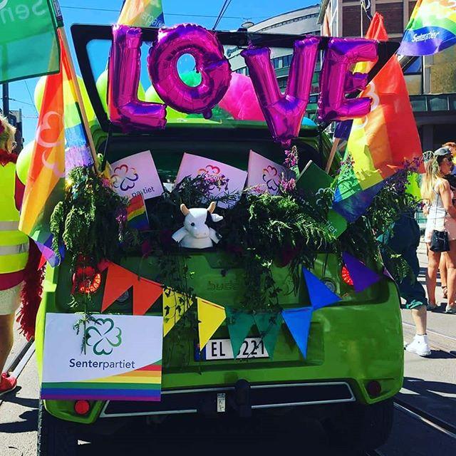 Happy Pride 🌈 På lørdag lånte vi  ut en Buddy til Pride paraden ❤💙💚💛💜 Vi heier på at alle skal få lov til å være seg selv og være stolte av seg selv uansett hvem man forelsker seg i 💏 💑  #pride #pride🌈 #pride2018 #oslopride #buddy #elbil #buddyelectric