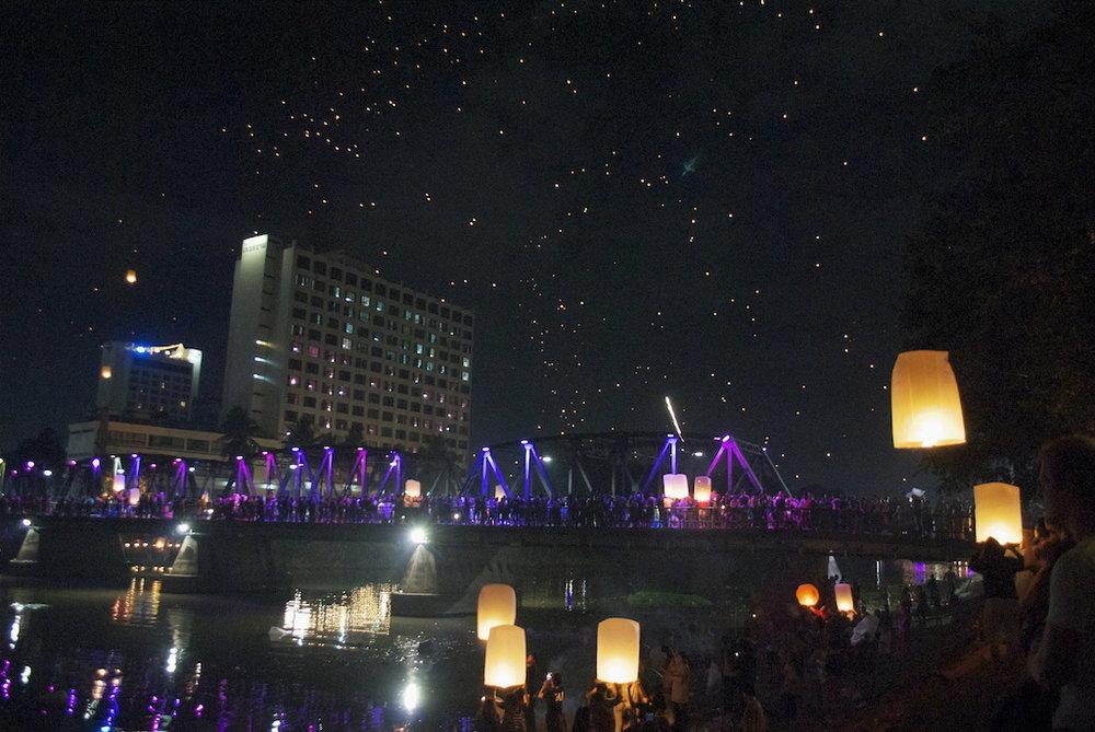 Loi Krathong at Ping river.jpg