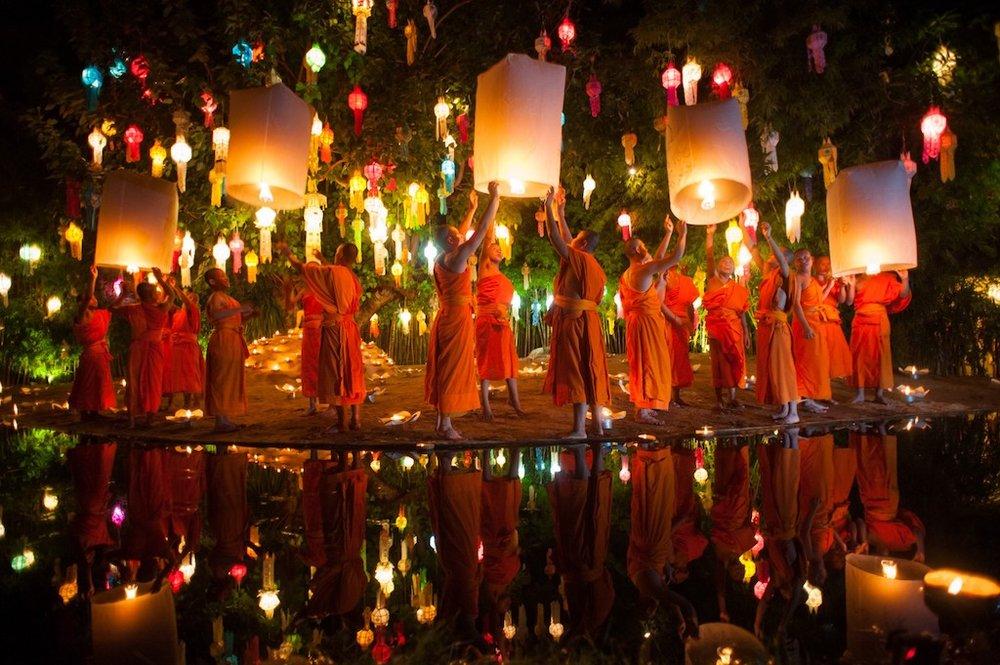 Monks releasing Lanters at Wat pan tao.jpeg