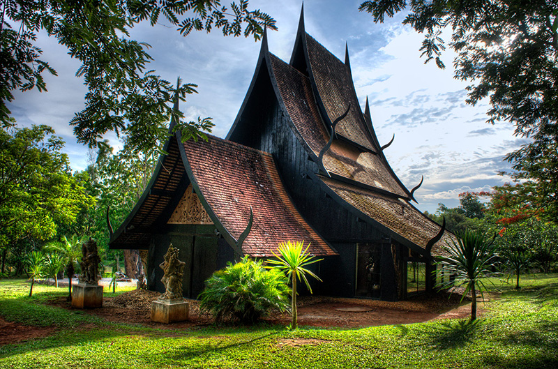 Chiang Rai White temple Black house