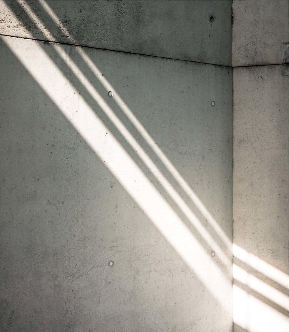 Geometri til glede.    Et stramt og funksjonelt uttrykk i alle detaljer, med rette linjer, betong og tre.