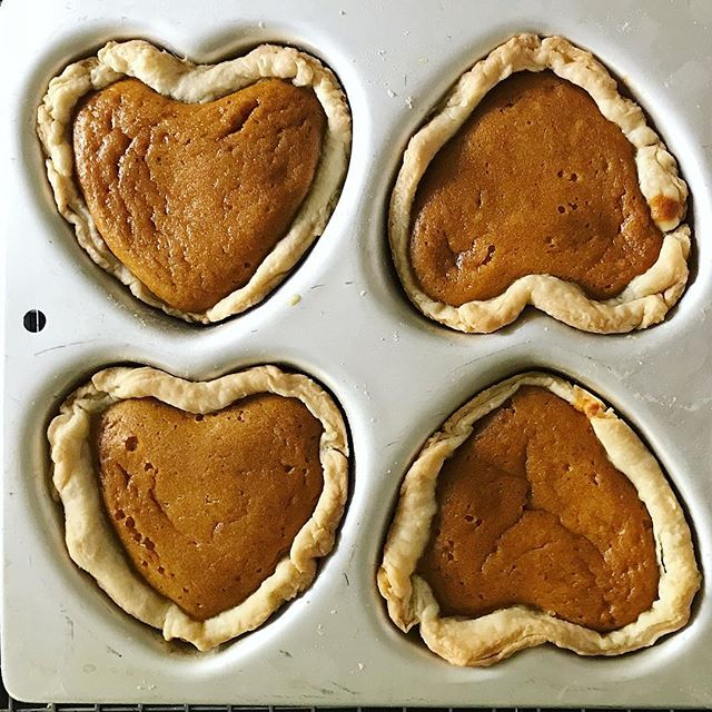 Nothing wrong with a little Thanksgiving in August! Especially if it's in the form of heart shaped mini pumpkin pies ❤️. Take note: here's what to do when you've already made the crust & filling and realize that all your pie plates are otherwise occupied 😂 #messycooking