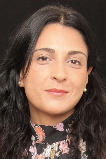 """Verônica Reisé atriz fundadora da Cia. Atores de Laura (1992), sob a direção deDaniel Herz e participou de 15 espetáculos com o grupo, dentre os mais recentes: """"Enxoval"""", """"Adultério"""" e """"Absurdo"""". Fora da Cia. atuou em espetáculos como""""Os Sapos"""" (Prêmio FITA 2013 de Melhor atriz) e """"Silêncio"""" (indicada como Melhor atriz coadjuvante no Prêmio FITA 2014).De 2005 a 2015 foi professora e diretora da Oficina de Teatro da FIRJAN,realizando a montagem de 10 espetáculos com os funcionários,apresentados em várias unidades da empresa."""