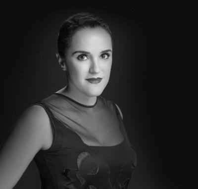 """Natália Lana atua com cenografia desde 1998. Lecionou nos anos de 2009 e 2010 na Faculdade de Belas Artes da UFRJ dando enfoque à criação e às técnicas de construção e montagem. Assinou cenários para diversos projetos teatrais como """"Homemúsica"""", de Michael Melamed; """"Blitz"""", com direção de Ivan Sugahara; """"Piano da Patroa"""", com direção de Lena Horn e """"Anticlássico"""", de Alessandra Colassanti. Nos últimos anos, foi cenógrafa dos musicais """"Cássia Eller, O Musical"""" e """"Rock in Rio, O Musical"""", em parceria com Nello Marrese e com direção de João Fonseca; e """"Constellation"""", com direção de Jarbas Homem de Mello. Além de espetáculos como """"Hiperativo"""", de Paulo Gustavo; """"Porto de Memórias"""" e """"P.O.E.M.A"""", com direção de Regina Miranda. Atualmente, está com os seguintes projetos em cartaz: """"Doc- musical 60 - Festa de Arromba"""" de Marcos Nauer e Frederico Reder, """"O Escândalo Philippe Dussaert"""" com Marcos Caruso e direção de Fernando Philbert , """" Makuru- Um Musical de Ninar"""" de Tim Rescala e José Mauro Brant, """" Rita Formiga"""" de Domingos de Oliveira com direção de Fernando Philbert e """" Contos Negreiros do Brasil"""" com com direção de Fernando Philbert ."""