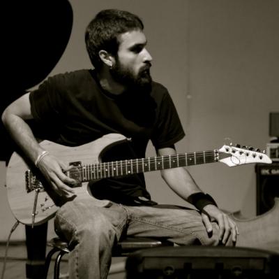 Carlos Eduardo Soares (Caeso) éCompositor, guitarrista e músico de computador, é bacharel em composição pela UFRJ e mestrando em composição pela UniRio. Desde 2013, desenvolve pesquisa acerca da poética da falha nos campos sonoro e visual, explorando recursos como a eletrônica em tempo real e a improvisação livre enquanto produtor e performer. Guitarrista, faz parte da banda Os SuperFodas e do duo Tlanemani, ambos de improvisação livre.É integrante do Coletivo Plástico Preto, grupo multidisciplinar dedicado a performances e trabalhos sobre mídias diversas, além de produzir trilhas e programações interativas em geral para teatro, cinema e exposições