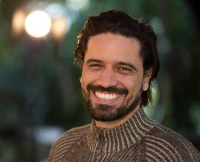 Aguinaldo Flor, além de fotógrafo, é especialista em cinema e documentarista, formado pela Academia Nacional de Cinema e TV. No audiovisual, tem desenvolvido atividades de roteiro, direção, direção de fotografia e produção; assim como pesquisas de integração das artes visuais/audiovisuais e artes performativas em teatros cariocas.