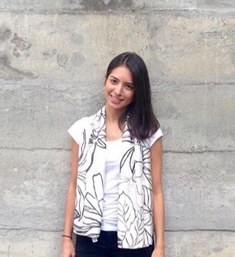 Luiza Aieta  é   Formada em arquitetura pela PUC-RJ, com passagem pela Faculdade Técnica de Lisboa. Iniciou a carreira acompanhando projetos arquitetônicos, culturais e de restauro na Fundação Roberto Marinho. Em 2015 participou de 3 temporadas do programa Olho Mágico, do canal GNT, pela IN/EX Arquitetura.