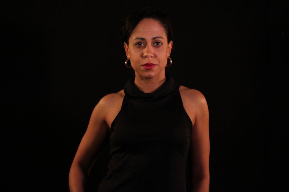 Vê Barbosa é escritora e atriz. Formada em Psicologia e Letras e pós-graduada em Psicopedagogia Clínica e Institucional, atua no Teatro desenvolvendo espetáculos, performances e pesquisas sobre a Palavra e a Cena Contemporânea. Busca, numa perspectiva transdisciplinar,cruzamentos e composições entre linhas filosóficas e linguagens plásticas/poéticas.