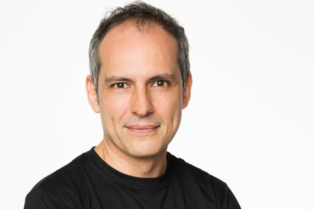 """Pablo Uranga   Diretor da série """"Rio Heroes"""" do canal Fox Premium, diretor e roteirista do telefilme """"Rota de Fuga"""" para o Canal Brasil e da websérie """"Absurdices com Thalita Rebouças"""" para o Gshow.Dirigiu programas, musicais e documentários para os canais GNT, Multishow, Viva e Canal Brasil.Desenvolveu o projeto de série """"O Facilitador"""" para o Universal Channel com a supervisão de Martha Kaufmann (Friends) e Barry Schkolnik (The Good Wife / Law & Order).Fez os cursos de roteiro """"Story"""" e """"Genre"""" de Robert McKee e participou de seminários de roteiro com Darren Star (Sex and the City) e Anthony Zuiker (CSI)."""