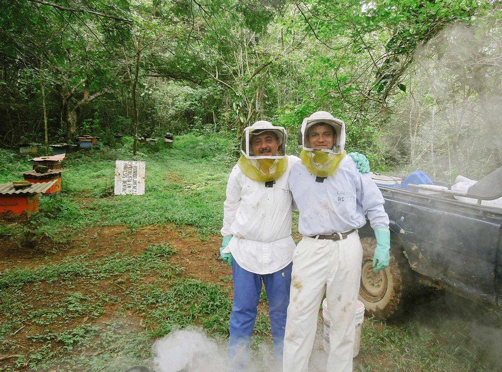 """Don Carlos y Luis Zamora en el apiario """"Las Lomas""""."""