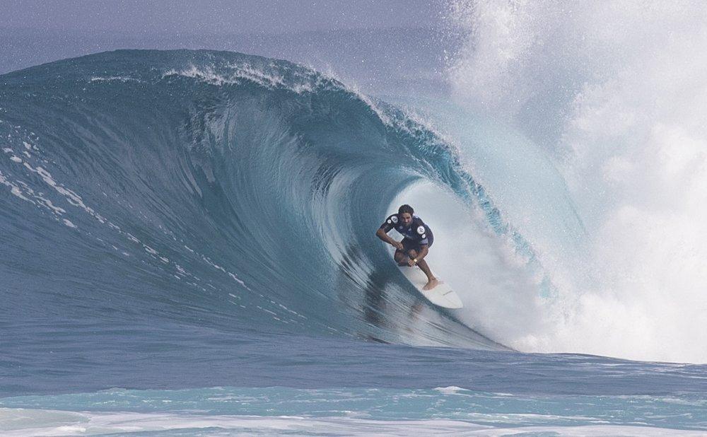 O Hawaii teve um papel fundamental na carreira de Marco. Aqui, ele ataca Backdoor no Volcom Pipe Pro desse ano. Foto: Sebastian Rojas