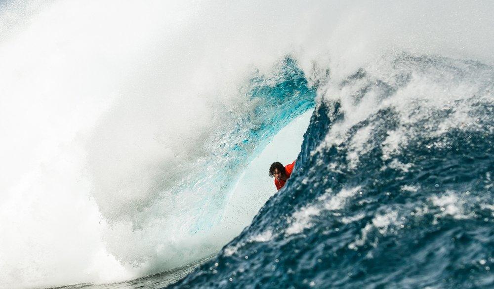 Fora das competições, Marco dedicou-se a ondas de consequencia. Cloudbreak, Fiji. Foto: Rafaski