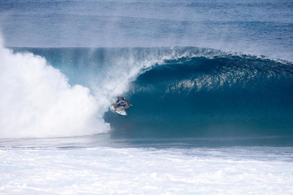 Marco em Pipe durante o Volcom Pro. No evento, com 4 surfistas na água, ele não teve que ser MacGyver pra pegar essa. Já no freesurf...Foto WSL