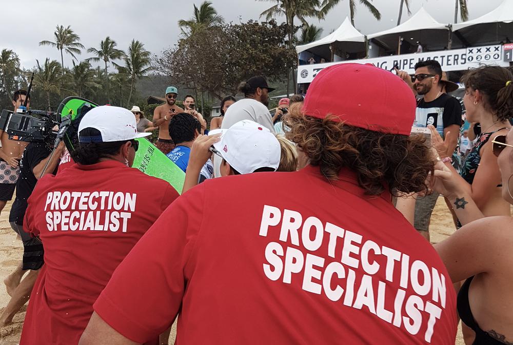"""Medina atravessando a legião de fãs até a área dos competidores.Mas os """"especialistas de proteção"""" (para não dizer segurança, por alguma razão) estão sempre por perto."""