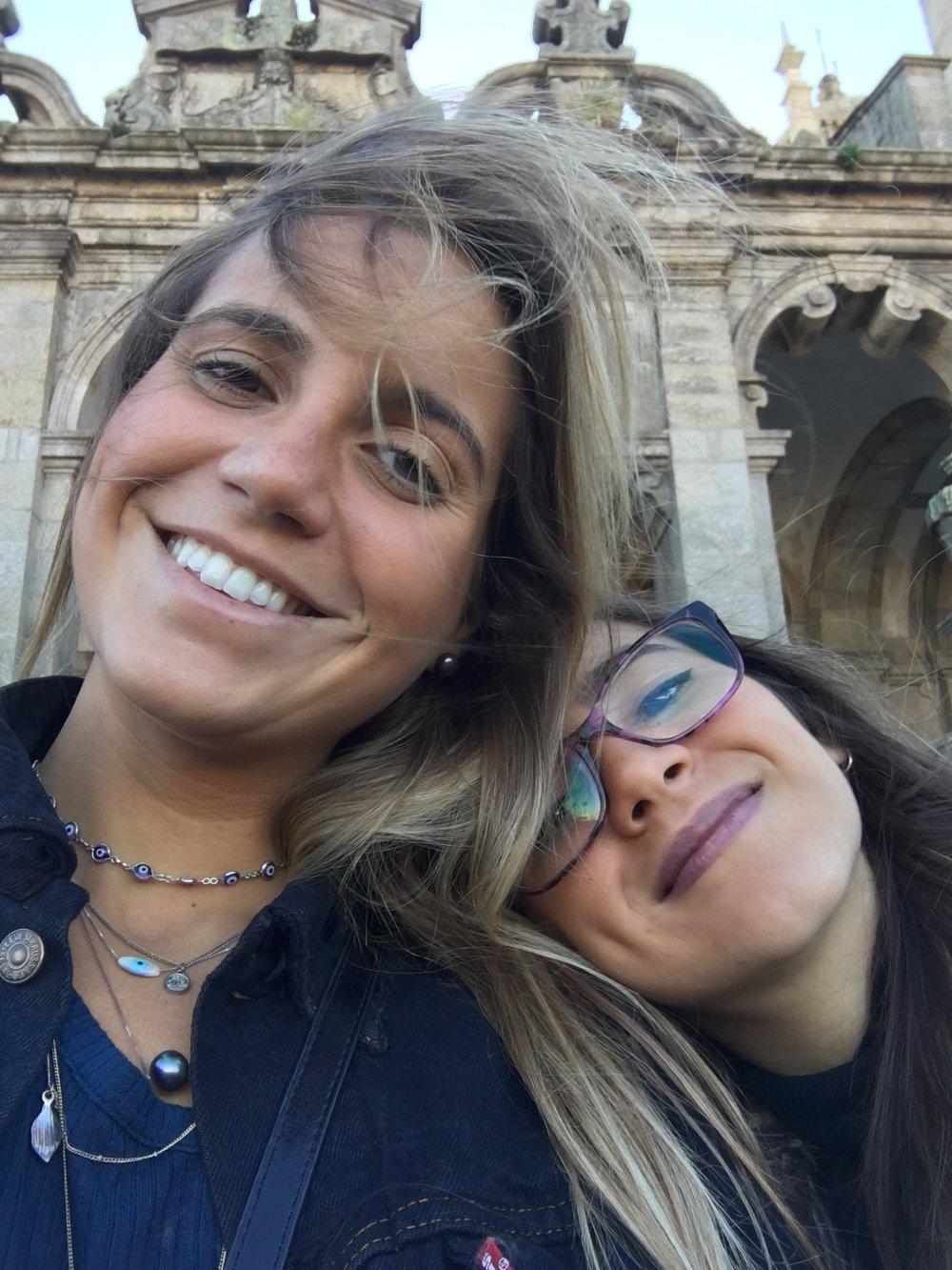 Chloé e sua irmã, Clara, que vive em Portugal.