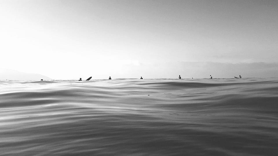 A água e a relação ser humano x mar são os principais objetos da fotógrafa.