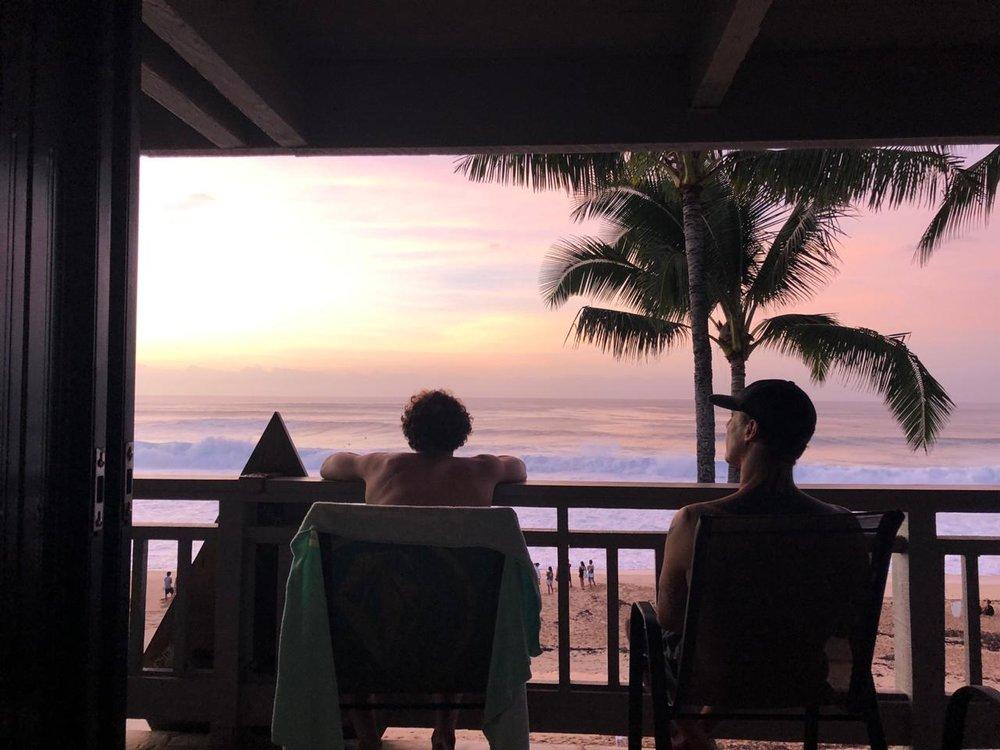 Yago e seu pai e treinador, Leandro, contemplam Pipe da varanda mais cobiçada do North Shore.