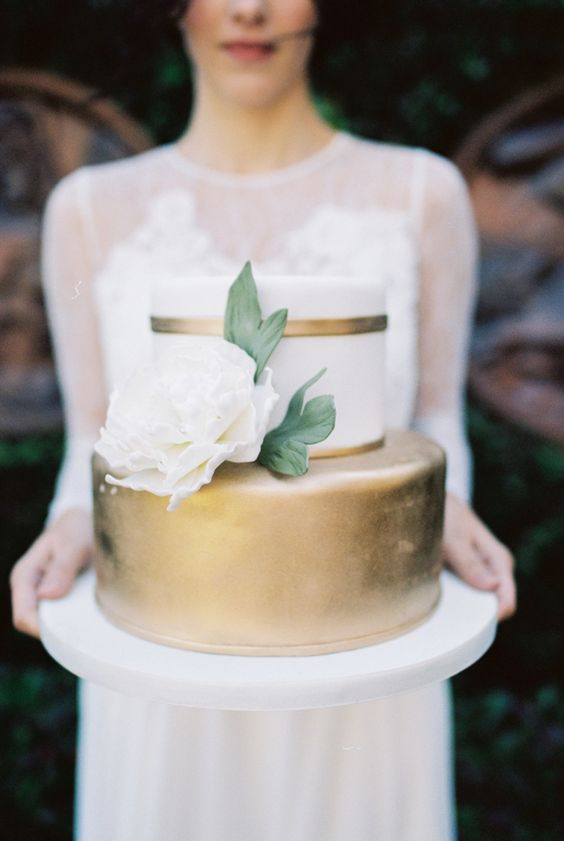 Photo by    Andi Mans Weddings    and Cake by    Party Flavors    via    The Every Last Detail