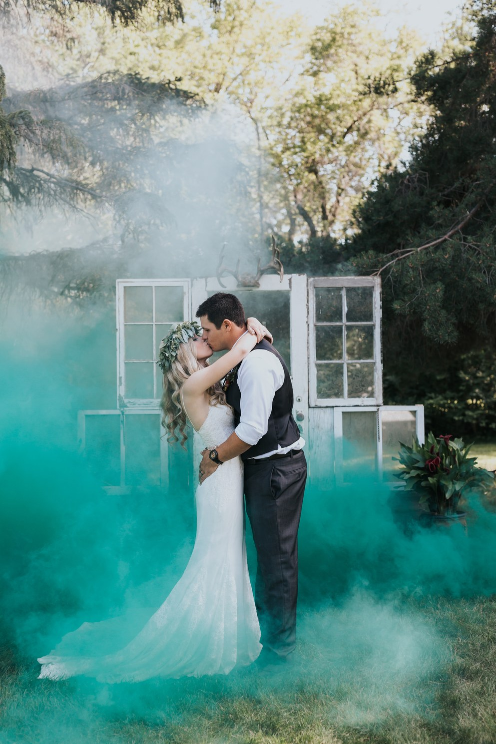 colored smoke wedding photos