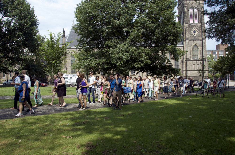 crowd-walking-to-aviary.jpg