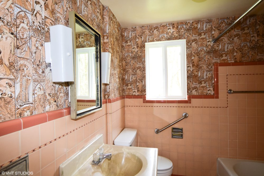 upstairs bath.jpg