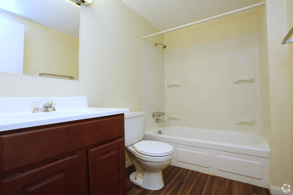 university-gardens-peoria-il-bathroom.jpg
