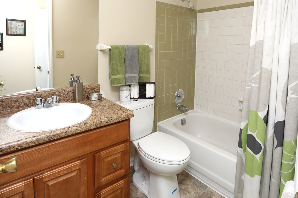 king-george-louisville-ky-2br-2ba---1150-sf---bathroom (1).jpg