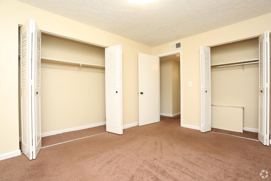 iroquois-garden-apartments-louisville-ky-1-br-1ba---800-sf---bedroom.jpg