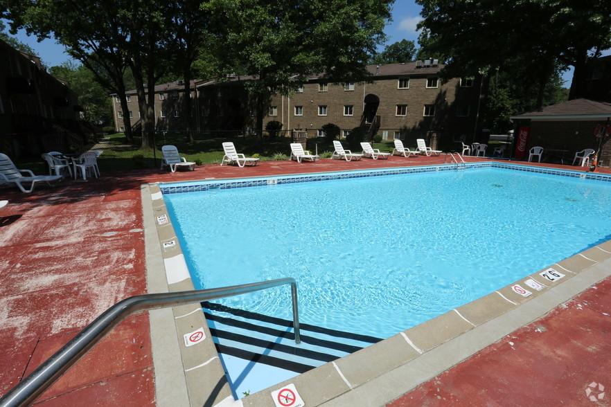 iroquois-garden-apartments-louisville-ky-pool (2).jpg