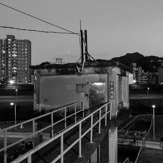 Bye #bw #bnw #blackandwhite  #balckandwhitephotography  #黑白攝影 #白黒写真 #bye #city #steet #river #taipei