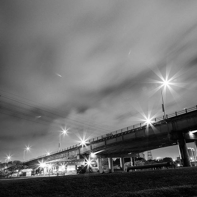 Cross #bw #bnw #blackandwhite  #blackandwhitephotography  #黑白攝影 #白黒写真 #cross #city #night #bridge