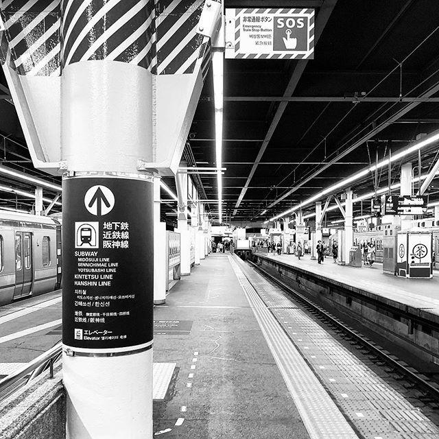 #bw #bnw #balckandwhite  #blackandwhitephotography  #黑白攝影 #白黒写真 #train #platform #headingtosomewhere