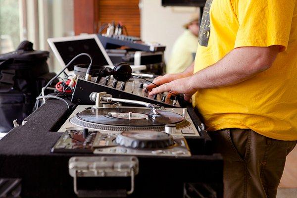 DJ TOM -