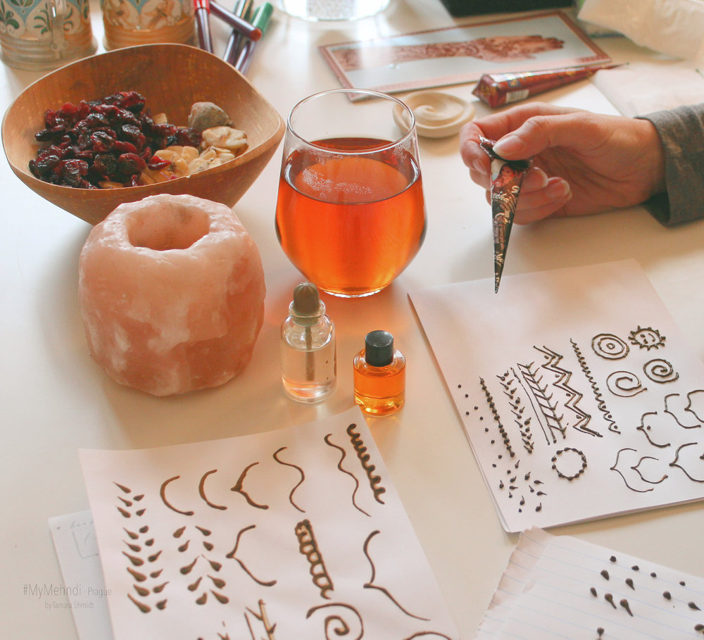 henna workshop - ...je 2-hodinový nebo 4-hodinový workshop, během kterého se dozvíte více o krásném umění mehndi (malování hennou na tělo).♥ Teoretická část: historie mehndi, důležitost a význam. Styly mehndi. Nuance použití henny, test kvality, bezpečnost a jiné tipy a rady.♥ Praktická část: práce s henna-pastou. Budeme trénovat základní prvky mehndi a různé styly kompozice. Vytvořite si svůj vlastní design a poté i