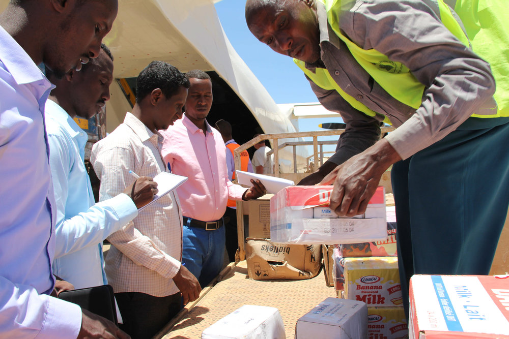 Volunteers and workers at Baidoa Airport offload medical supplies donated by Turkey for internally displaced persons suffering from drought-related diseases on March 22, 2017. Credits: UN Photo / Sabir Olad