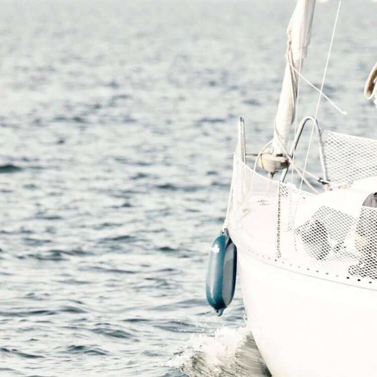 Bug weißes Boot