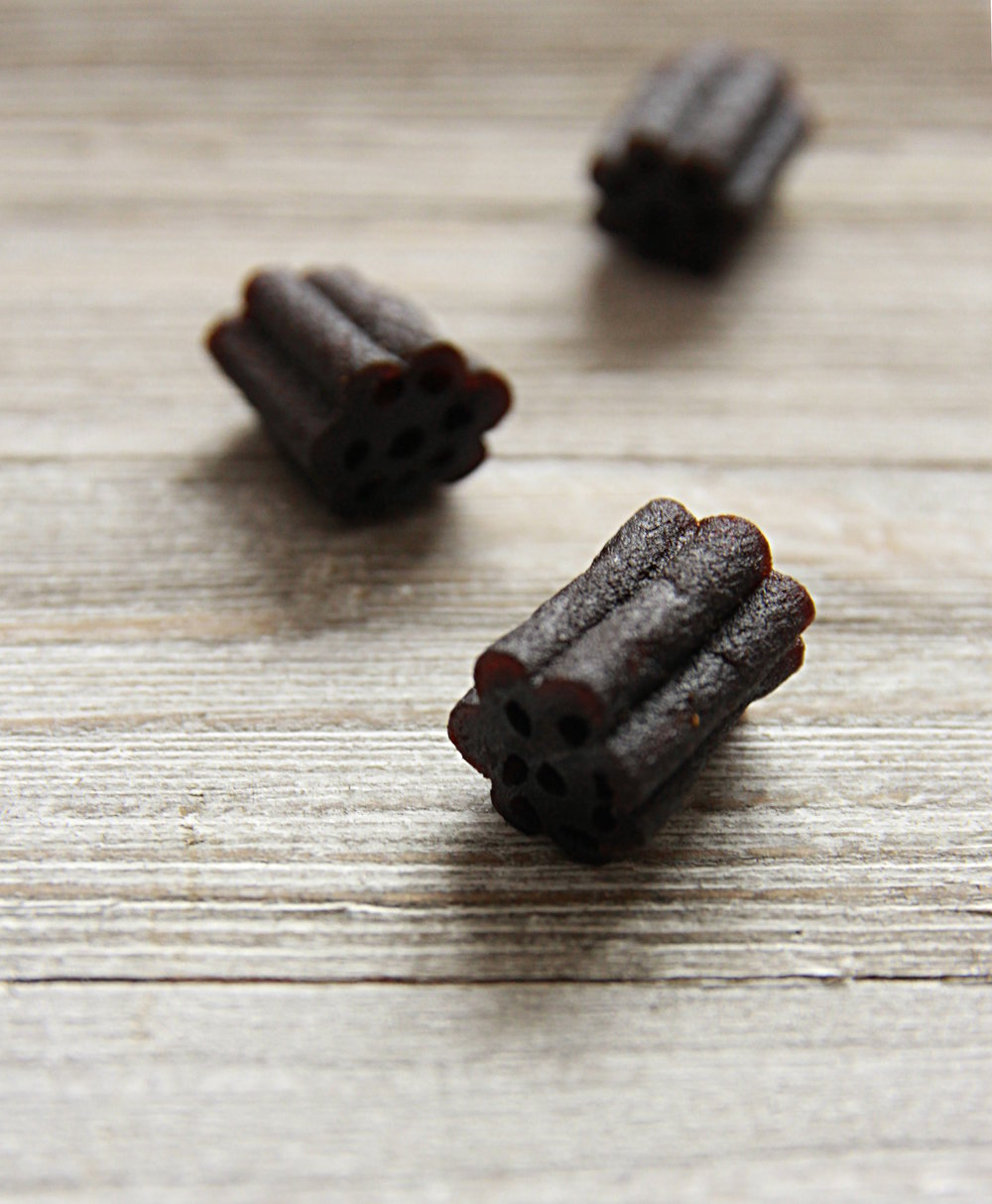 Neither gelatin nor pectin are an ingredient of these licorice jellies. Funny, isn't it? :)