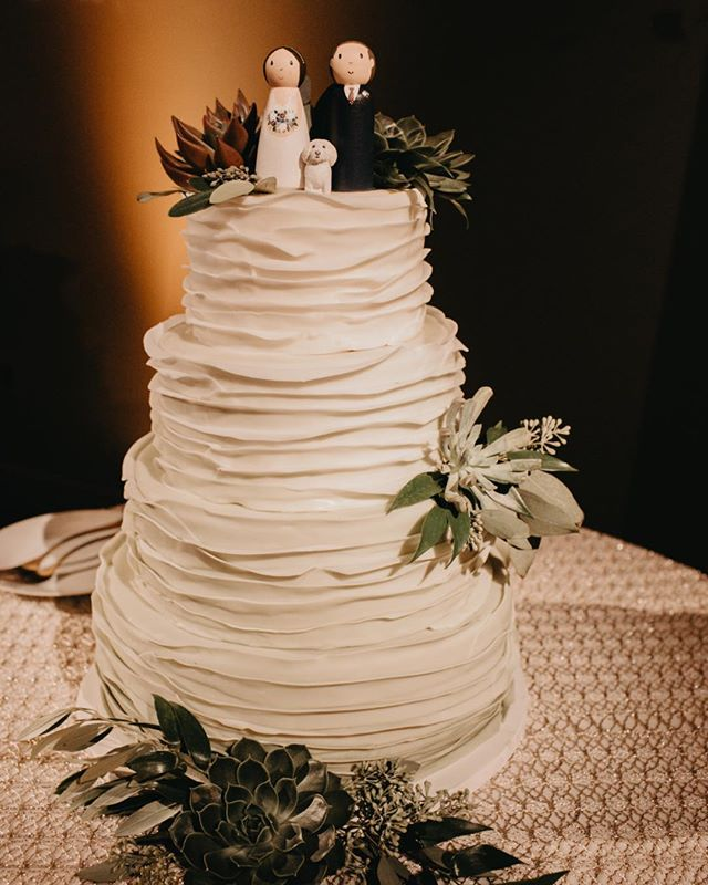 Sweet and lovely ruffle wedding cake for Sarah and Andrew at #Famephillyvenue. Photo @tylerboye @katie.dyer @makenstudios #weddingcakes @ljevents