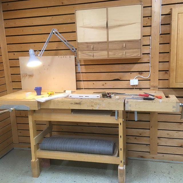 Sen några veckor tillbaka så är jag vikarie på Träakademien och just nu står jag vid min gamla bänk och gör en ryggbricka till en stol.