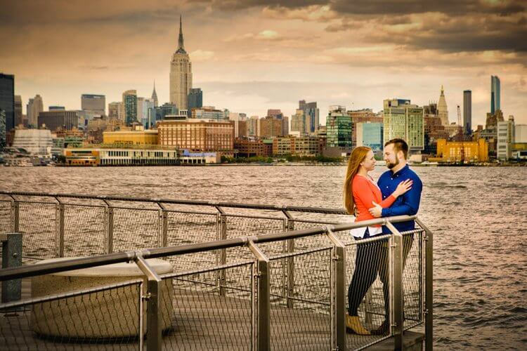 Engagement photos on the hudson river in hoboken nj by new jersey engagement photographer david eric photography