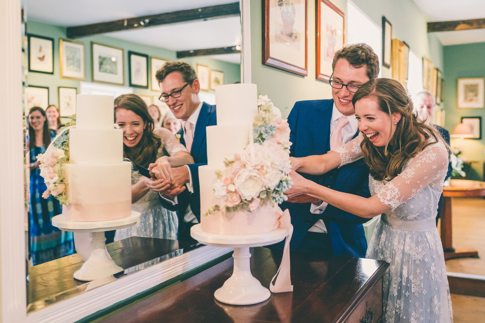 Relaxed cotswolds wedding_bride and groom cut the cake