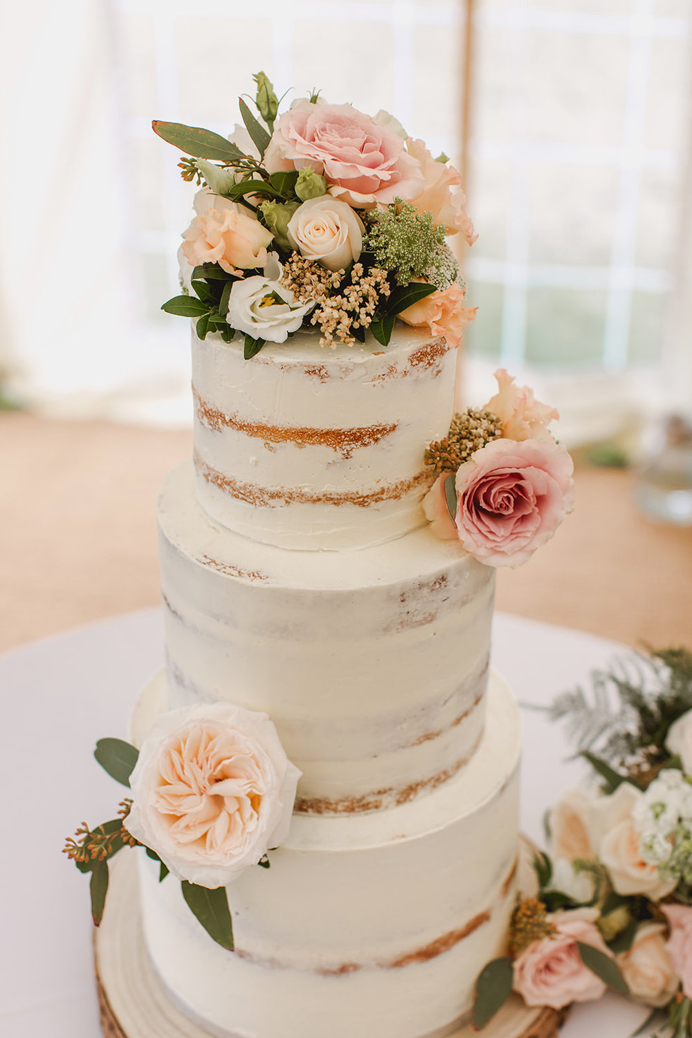 Eggington House marquee wedding_semi naked cake