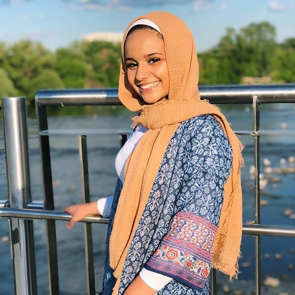 MEMBER MONDAYS ————————————————————— Meet the leader of our team....our Project Manager: Farah Osman She is currently in her 2nd year of studying Marketing at uottawa! When Farah isn't running Sprout, she is playing music or watching grey's anatomy. If you haven't tried her favourite meal kit, Rustic Pasta, you can pick it up at any of our five locations in the city. 🌱🌱🌱🌱🌱🌱🌱🌱🌱🌱🌱🌱