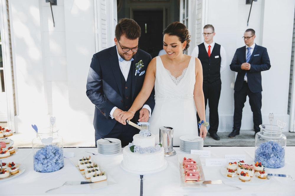 Brautpaar schneidet die Torte an