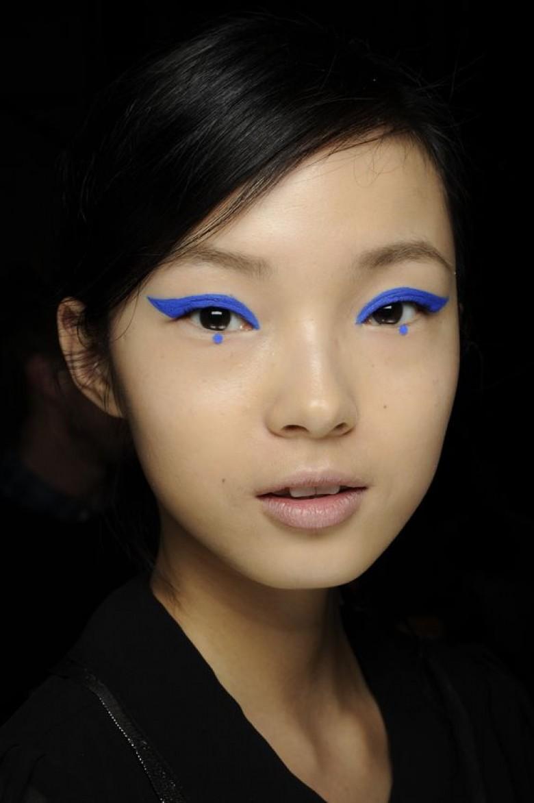 Eyeliner-Punkte in blau bei Anna Sui.jpg