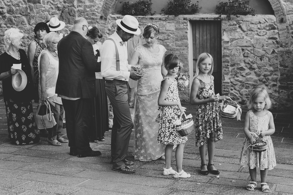 Brautpaar und Gäste gehen zum Empfang