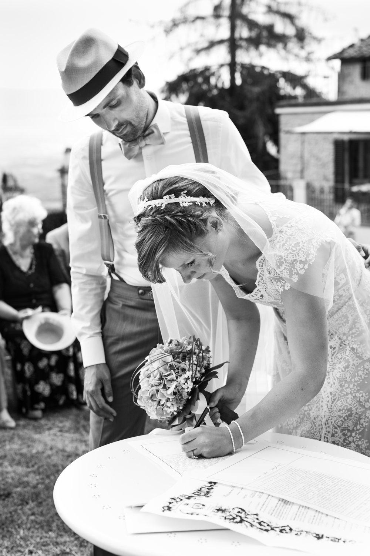 Brautpaar unterzeichnet Ehevertrag