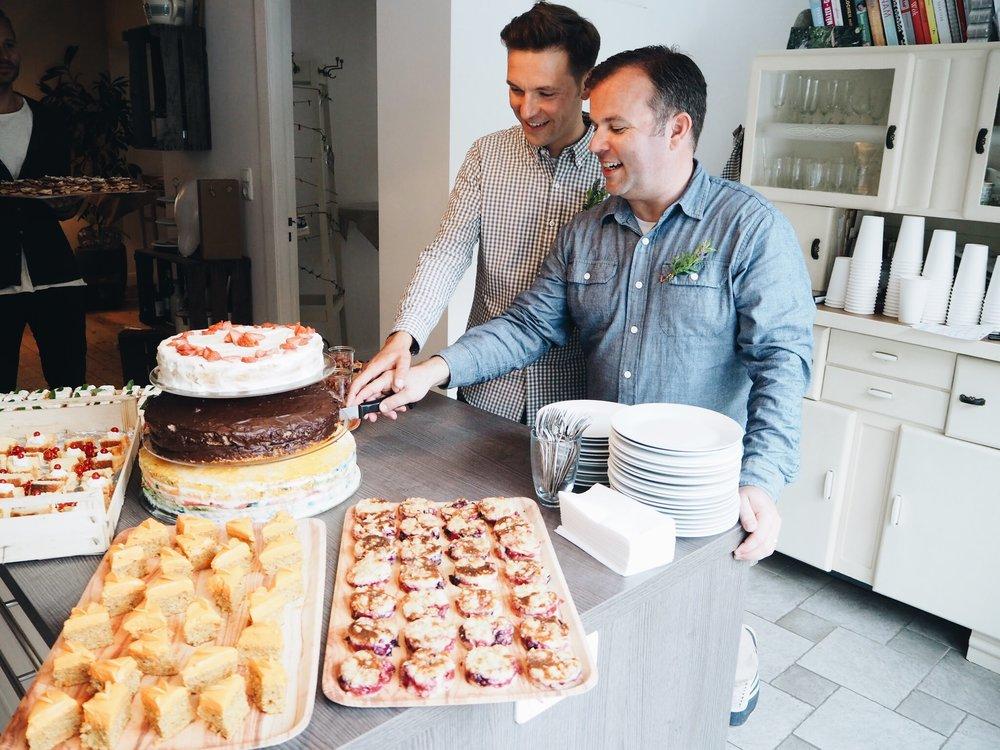 Brautpaar schneidet den Kuchen an